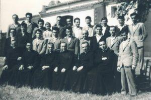 Nella foto (che risale agli inizi anni '50, con don Dino e don Alberto ), don Nando è il terzo da destra (ultima fila in piedi).