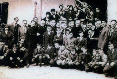Don Dino con un gruppo di confratelli e giovani amici in occasione dell'apertura della terza Casa in Spagna (Tordesillas, Hospital Mater Dei, 25 marzo 1968)