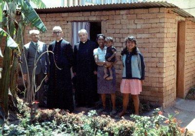 Don Dino in Madagascar a fianco del Vescovo Gilberto Baroni nel gennaio 1970