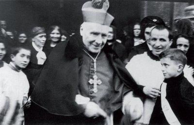 Don Dino a fianco di mons. Edoardo Brettoni, il Vescovo che lo consacrò sacerdote