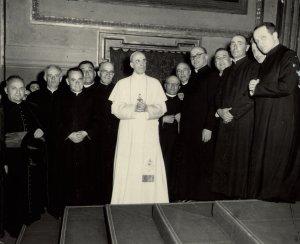 Papa Pio XII con alcuni sacerdoti reggiani, tra cui don Dino (primo a destra) in udienza per il XXV di ordinazione (1953).